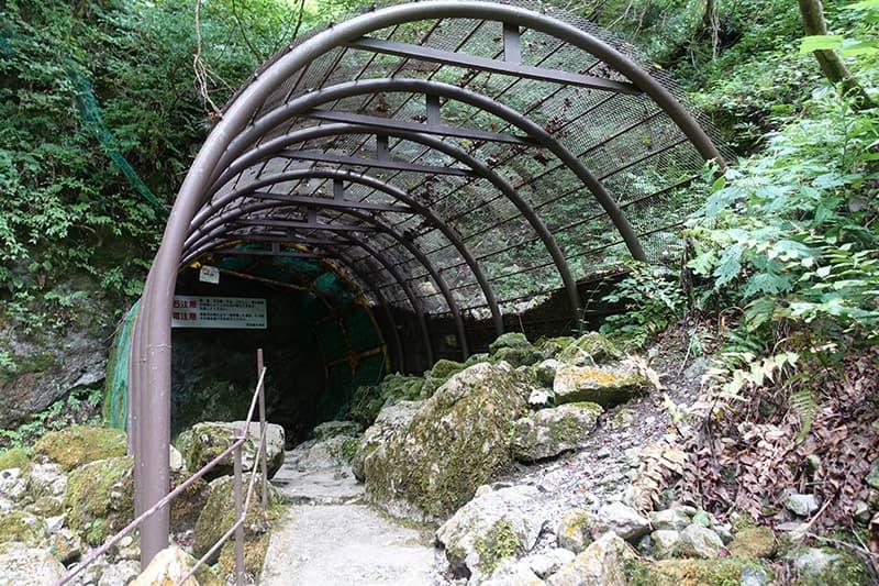 河内風穴の入り口