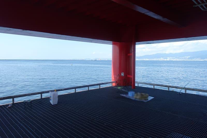 渡り桟橋の下の釣りポイント